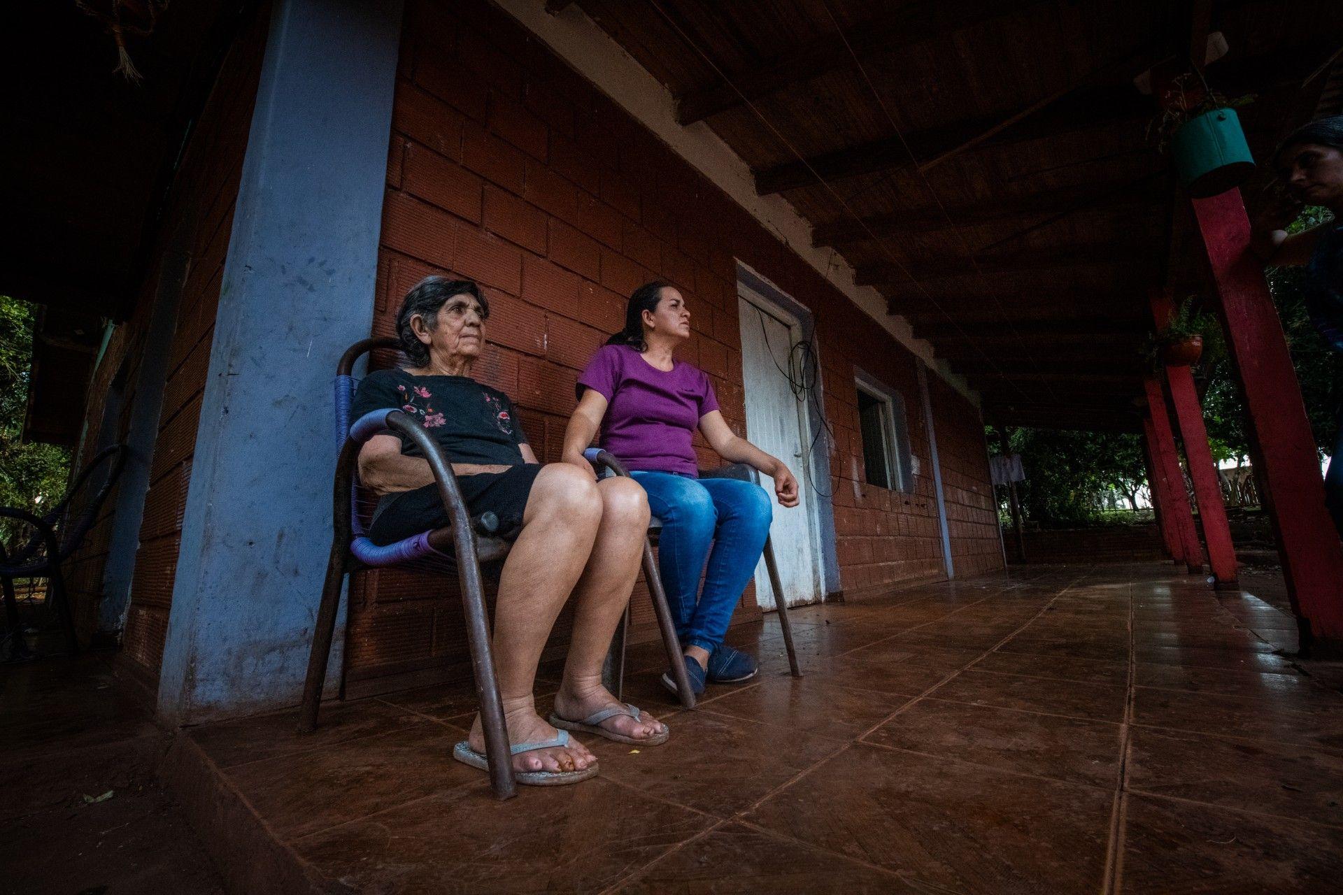 Doña Mariana Ayala de Villalba, abuela de las niñas, junto a su hija Myrian en la casa familiar en Puerto Rico, Misiones.